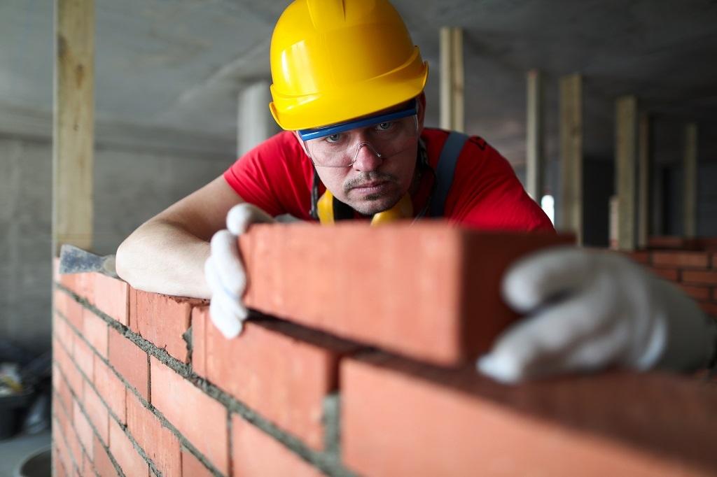 téglaház falazatának építése