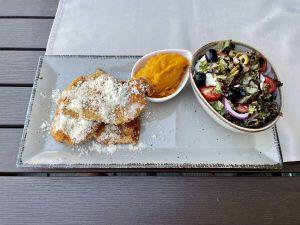 Parmezánban sült csirkemell, batáta püré, paradicsommozzarella saláta ABC